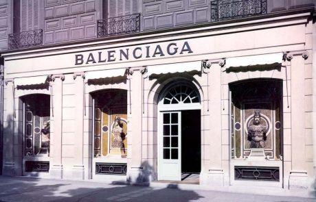 Une sculpture à l'effigie d'une sneaker Balenciaga mise en vente