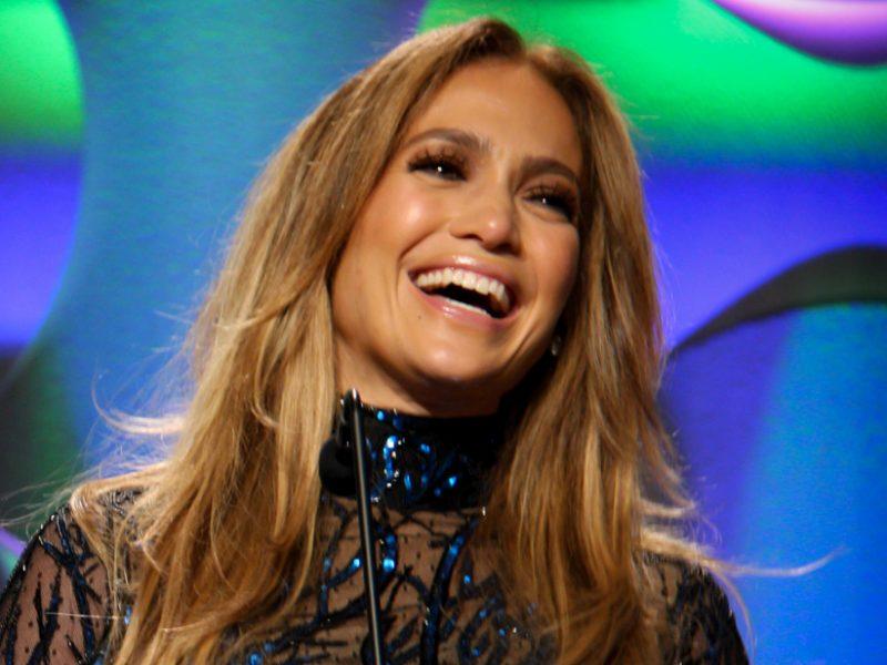 Jennifer Lopez et Michael B. Jordan présentent la nouvelle gamme de sneakers Coach