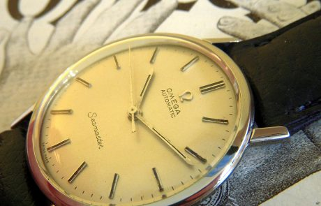 Nikos Aliagas expose ses photographies pour les montres Omega