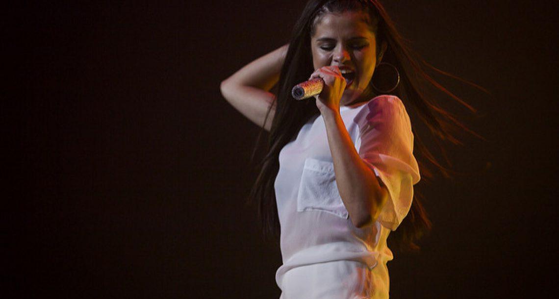 Selena Gomez présente sa collection de prêt-à-porter Coach