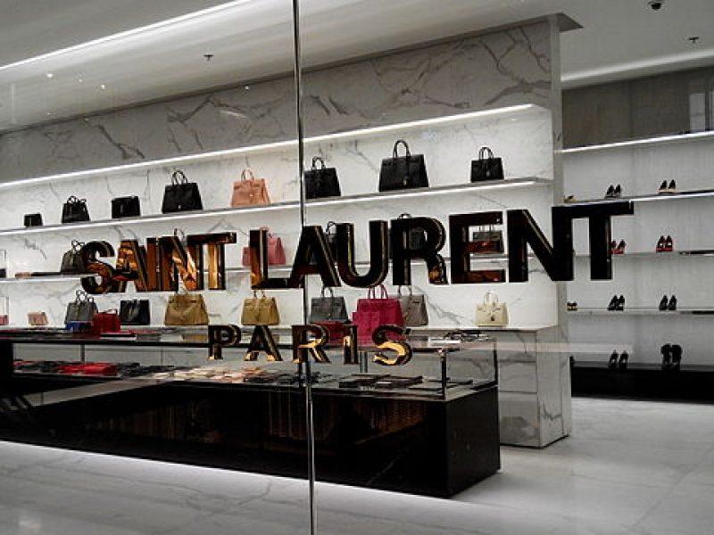 Yves Saint Laurent – Défilés haute couture : le livre qui retrace l'œuvre du grand couturier