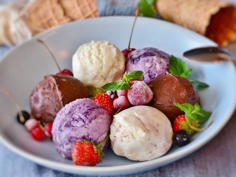 Alain Ducasse prépare des crèmes glacées haut de gamme