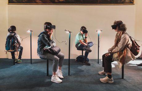 Des étudiants français de l'Institut Français de Mode montrent leur création en réalité virtuelle