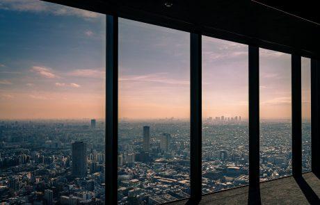 Dans le nouveau bâtiment japonais de Louis Vuitton: du luxe, une exposition… et des chocolats